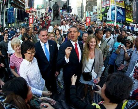 Nghệ sĩ hài tài năng Mike Cote đóng vai cựu Thống đốc bang Massachusetts, Mitt Romney, xuất hiện cùng 'Obama' trên quảng trường Thời đại năm 2012.