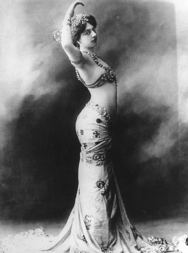Cuoc doi song gio cua nu diep vien huyen thoai hinh anh 1 Mata Hari, tên thật là Margaretha Geertruida Zelle MacLeod, chào đời ngày 7/8/1876 tại Hà Lan. Bố của cô mở một tiệm bán nón và đầu tư vào ngành dầu khí. Do vậy, từ nhỏ Margaretha được đi học tại những ngôi trường danh giá.