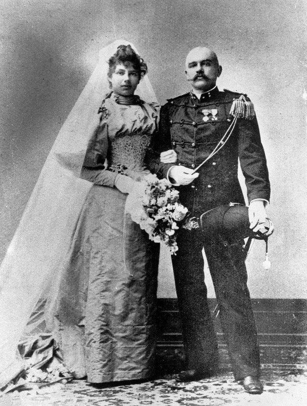 Cuoc doi song gio cua nu diep vien huyen thoai hinh anh 3 Ở tuổi 18, Margaretha tình cờ trông thấy mẫu quảng cáo tìm vợ của một vị tướng giàu có người Hà Lan, ông Rudolf MacLeod. Họ nhanh chóng tổ chức đám cưới.