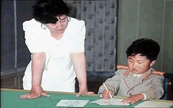 Nhung bi mat thoi tho au cua nha lanh dao Kim Jong Un hinh anh 3 Ông Kim được mẹ dạy học khi còn nhỏ.