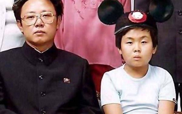Nhung bi mat thoi tho au cua nha lanh dao Kim Jong Un hinh anh 2 Cố Chủ tịch Kim Jong-il (trái) cho rằng ông và cậu con út (phải) giống nhau từ ngoại hình đến tính cách.