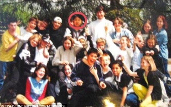 Nhung bi mat thoi tho au cua nha lanh dao Kim Jong Un hinh anh 4 Nhà lãnh đạo Kim Jong-un (khoanh đỏ) chụp ảnh cùng bạn bè trong lớp tại trường quốc tế tại Thụy Sĩ.