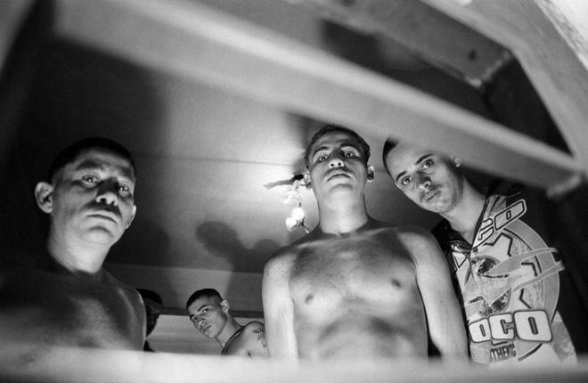 Nha tu lon nhat Nam My va vu tham sat kinh hoang hinh anh 8 Các tù nhân đứng trong phòng biệt giam - nơi tù nhân chỉ có thể trông thấy ánh sáng mặt trời qua