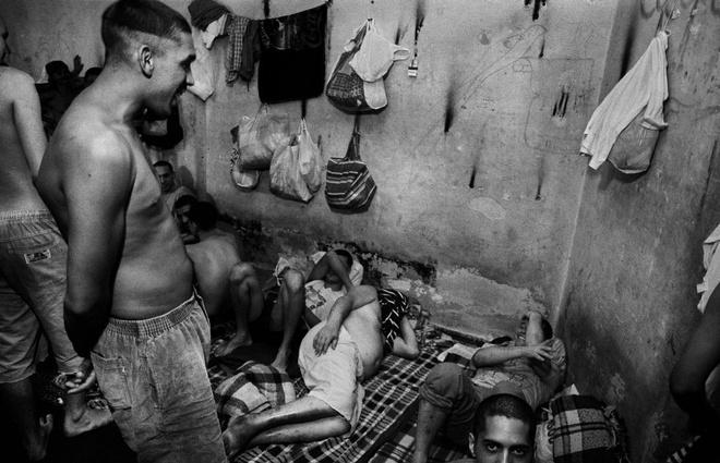 Nha tu lon nhat Nam My va vu tham sat kinh hoang hinh anh 5 Thời điểm năm 1997, 60 tù nhân sống chen chúc trong một phòng giam chật hẹp.