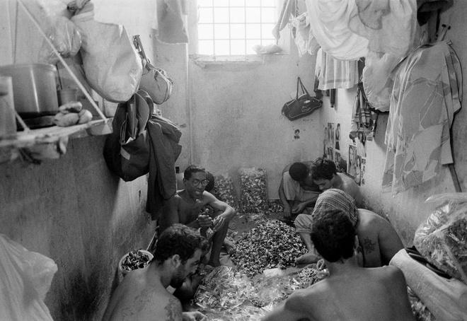 Nha tu lon nhat Nam My va vu tham sat kinh hoang hinh anh 4 Trong cuốn Estação Carandiru, bác sĩ nổi tiếng Drauzio Varella, người tình nguyện làm việc tại Carandiru để giúp ngăn chặn đại dịch HIV/AIDS, đã phơi bày thực trạng về điều kiện sống tồi tệ bên trong nhà tù.