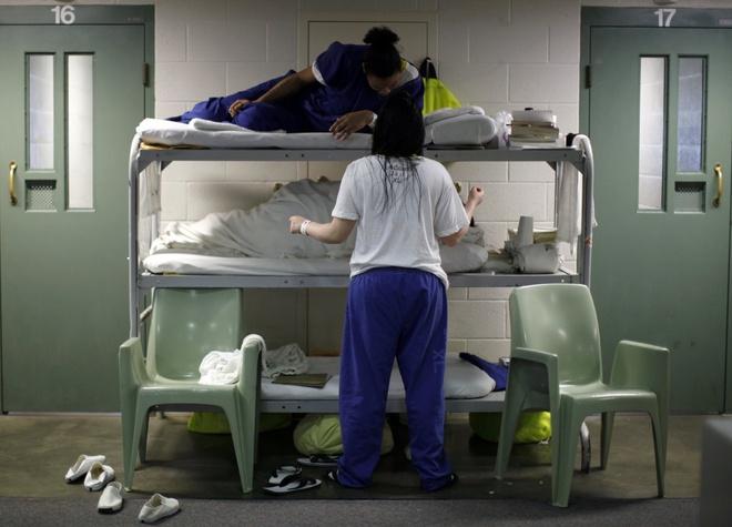 Canh song trong long sat cua pham nhan o My hinh anh 10 Các phạm nhân nữ trò chuyện với nhau ở giường đặt ở ngoài hành lang phòng giam do tình trạng quá tải tại nhà tù hạt Los Angeles