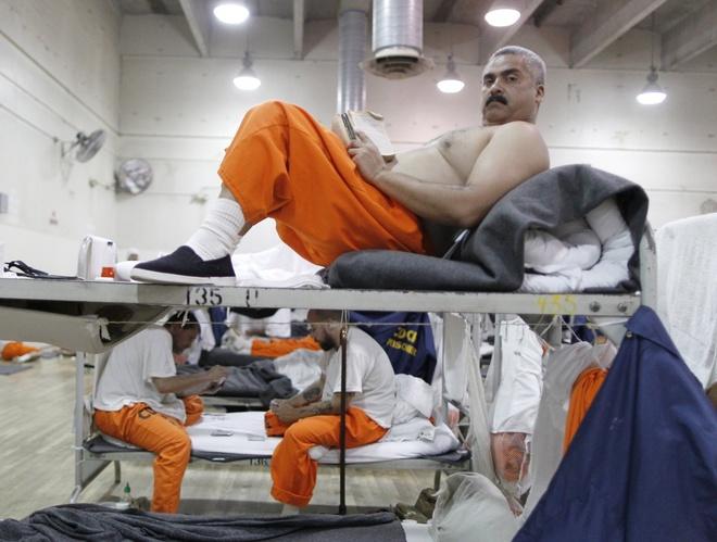 Canh song trong long sat cua pham nhan o My hinh anh 11 Tình trạng quá tải nhà tù California diễn ra đặc biệt nghiêm trọng. Theo ước tính, trong 23 năm qua, chính phủ Mỹ xây dựng mới một nhà tù mỗi năm, với kinh phí lên tới <abbr class=