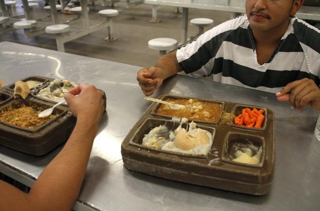 Canh song trong long sat cua pham nhan o My hinh anh 13 Bữa ăn cùa các tù nhân tại nhà tù tại Tent City, hạt Maricopa. Mỗi suất ăn ở đây có giá 15 tới 40 cent, thấp hơn nhiều so voiwsc