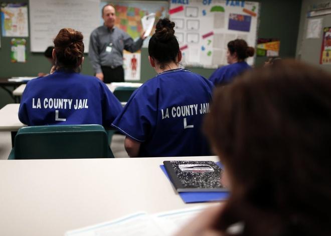 Canh song trong long sat cua pham nhan o My hinh anh 5 Phạm nhân của nhà tù trung tâm dành cho phụ nữ Los Angeles ở Lynwood, bang California, tham gia buổi học về dinh dưỡng hồi tháng 4/2013. Nhiều trại giam thường tổ chức các lớp học về tôn giáo, dinh dưỡng hay y tế.
