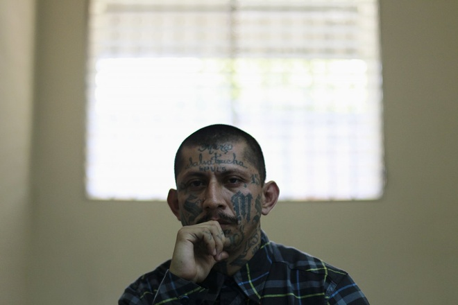 Canh song trong long sat cua pham nhan o My hinh anh 7 Phạm nhân Carlos Tiberio chăm chú lắng nghe một cuộc họp báo tại nhà tù San Vicente năm 2013. Tình trạng bạo lực trong hệ thống các nhà tù cũng trở thành vấn đề khiến giới chức đau đầu. Theo một nghiên cứu năm 2013, thành viên của nhiều băng đảng trong tù cho biết họ tham gia vào các nhóm này vì sợ các tù nhân khác.
