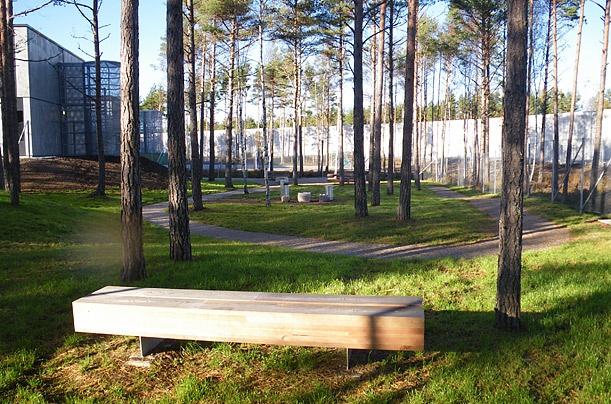 Ben trong nha tu nhan van nhat the gioi hinh anh 7 Cây xanh, ghế dài, bàn cờ đá cùng những con đường mòn trải dài trong khuôn viên trại giam. Việc trồng cây trong nhà tù giúp phạm nhân có thể cảm nhận sự thay đổi của tất cả các mùa trong năm.