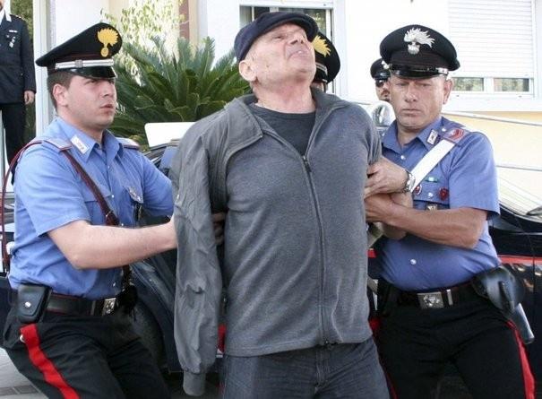 4 bang dang mafia com can nhat the gioi ngam Italy hinh anh 2 Cảnh sát Italy bắt tên đầu sỏ của băng đảng Ndrangheta tại khu vực Calabria, miền nam Italy trong một cuộc trấn áp hồi năm 2010. Ảnh: Elmago95