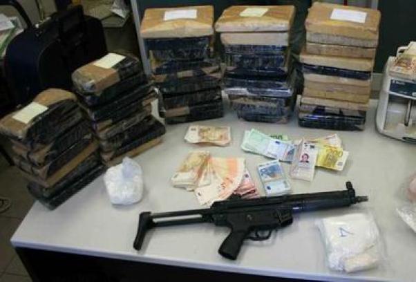 4 bang dang mafia com can nhat the gioi ngam Italy hinh anh 4 Cảnh sát thu giữ súng, tiền, ma túy sau một vụ trấn áp