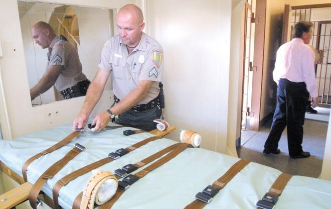 Cuoc chien noi tam cua quan giao trong coi tu tu hinh anh 1 Nhân viên trại giam chuẩn bị dụng cụ thi hành án. Ảnh minh họa: AP
