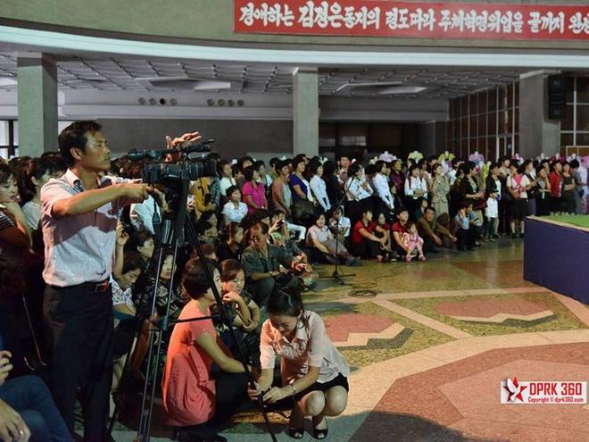 Vay cong so trong buoi trinh dien thoi trang tai Trieu Tien hinh anh 2 Hơn 1.000 người đã tham gia buổi trình diễn này.