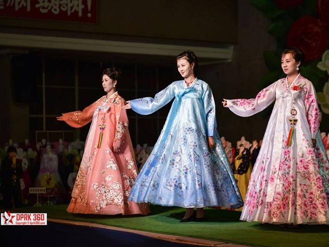 Vay cong so trong buoi trinh dien thoi trang tai Trieu Tien hinh anh 4 Ba người mẫu trong trang phục truyền thống Triều Tiên.