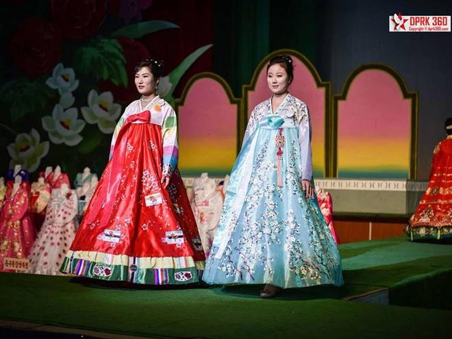 Vay cong so trong buoi trinh dien thoi trang tai Trieu Tien hinh anh 1 Nhiếp ảnh gia Singapore Aram Pan có dịp tiếp cận buổi trình diễn thời trang Bình Nhưỡng lần thứ 12 vừa diễn ra hồi tháng 9.