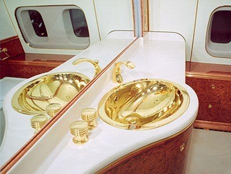 Ben trong chuyen co cua nguoi quyen luc nhat the gioi hinh anh 6  Từng vật dụng trên chuyên cơ đều dát vàng, cho dù là bồn rửa mặt trong phòng tắm.