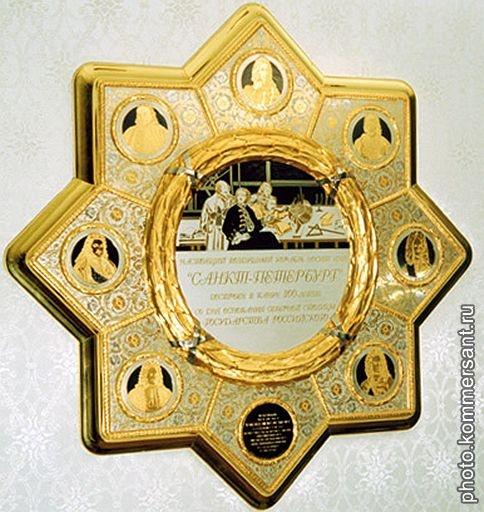 Ben trong chuyen co cua nguoi quyen luc nhat the gioi hinh anh 7 Chiếc đĩa vàng tái hiện lại những ngày huy hoàng ở St. Petersburg và người sáng lập là Sa hoàng Peter Đại đế.