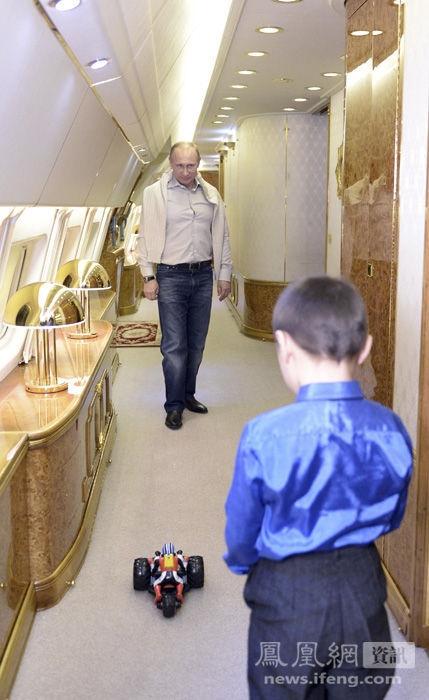 Ben trong chuyen co cua nguoi quyen luc nhat the gioi hinh anh 9 Tổng thống Putin tặng quà và chơi cùng con trai của trung sỹ Banzaraktsayev trên chuyên cơ.