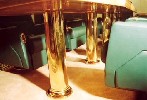 Ben trong chuyen co cua nguoi quyen luc nhat the gioi hinh anh 4 Màu sắc nổi bật trong đồ nội thất máy bay là màu vàng thể hiện sự sang trọng. Vật dụng trong phòng khách, phòng ngủ, phòng làm việc riêng cho đến phòng tắm đều mạ vàng.