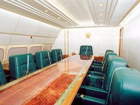 Ben trong chuyen co cua nguoi quyen luc nhat the gioi hinh anh 2 Tổng thống Putin có phòng họp riêng với các quan chức trên máy bay, bên cạnh một chiếc bàn dài và 9 ghế da màu xanh lớn. Vỏ da của ghế là nguyên liệu nhập từ Italia.