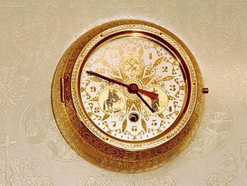Ben trong chuyen co cua nguoi quyen luc nhat the gioi hinh anh 5 Đồng hồ mạ vàng để trang trí trên máy bay.