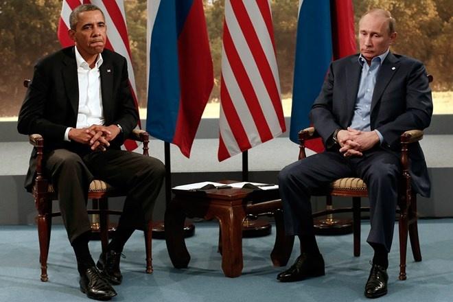 Nhung phut boi roi hai huoc cua cac nha lanh dao the gioi hinh anh 1 Tổng thống Nga Vladimir Putin và Tổng thống Mỹ Obama gặp nhau tại hội nghị G8 ở Bắc Ireland hôm 17/6/2013 trong bối cảnh Nga từ chối dẫn độ cựu điệp viên Mỹ Edward Snowden, lúc đó đang ở một sân bay ở Moscow, về nước.