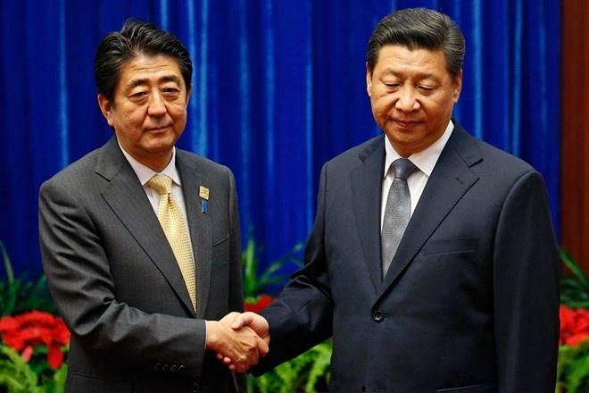Nhung phut boi roi hai huoc cua cac nha lanh dao the gioi hinh anh 4 Cái bắt tay ngượng nghịu giữa Chủ tịch Trung Quốc Tập Cận Bình (phải) và Thủ tướng Nhật Bản Shinzo Abe bên lề Hội nghị Thượng đỉnh Châu Á – Thái Bình Dương (APEC) tại Bắc Kinh hôm 10/11. Đây là cuộc gặp cấp cao đầu tiên giữa hai nước trong vòng gần 3 năm qua sau những căng thẳng do tranh chấp đối với Senkaku/Điếu Ngư.