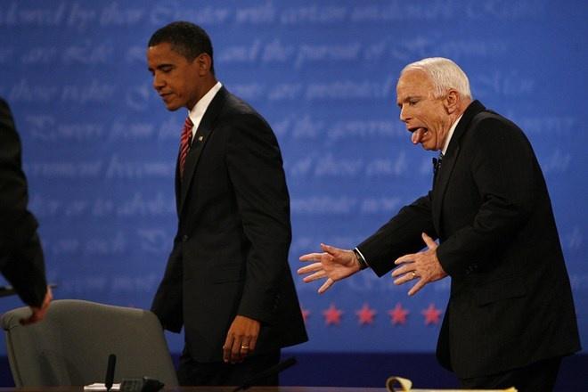 Nhung phut boi roi hai huoc cua cac nha lanh dao the gioi hinh anh 5 Ứng viên tổng thống John McCain giật mình vì đi nhầm đường xuống sân khấu sau khi bắt tay với ông Obama trong cuộc tranh luận lần 3 tại Đại học Hofstra, Hempstead, New York, hôm 15/10/2008.