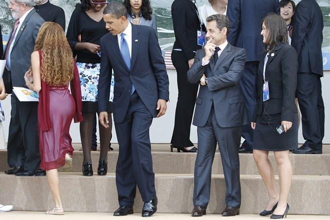 Nhung phut boi roi hai huoc cua cac nha lanh dao the gioi hinh anh 6 Bức ảnh chụp gây hiểu lầm rằng Tổng thống Mỹ Barack Obama đang nhìn chằm chằm vào mông của một cô gái tại Hội nghị thượng đỉnh G8 ở Italia hôm 19/7/2009. Thực ra,  ông Obama đang quay sang người phụ nữ mặc áo đen và váy hoa đứng phía sau và chìa tay giúp cô này xuống bậc thang.