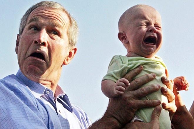 Nhung phut boi roi hai huoc cua cac nha lanh dao the gioi hinh anh 8 Cựu Tổng thống Mỹ George W Bush cuống quýt trao lại em bé đang khóc thét cho cha mẹ bé khi đang đi ăn tối ngoài trời với Thủ tướng Đức Angela Merkel tại Trinwillershagen, Đức hôm 13/7/2006.