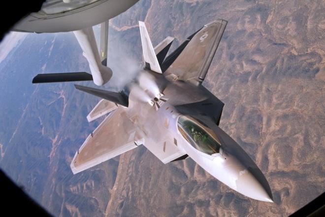 Nhung vu khi loi hai nhat cua My tai chau A - TBD hinh anh 2 Một chiếc máy bay chiến đấu tàng hình F-22 Raptor của không quân Mỹ tiếp nhiên liệu trên bầu trời - Ảnh: Global Security