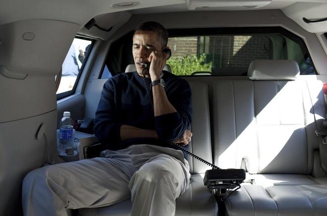 Nhung cu dien thoai giai cuu the gioi cua tong thong My hinh anh 2 Tổng thống Obama điện cho Tổng thống Afghanistan từ xe riêng vào năm 2012. Ảnh: Reuters