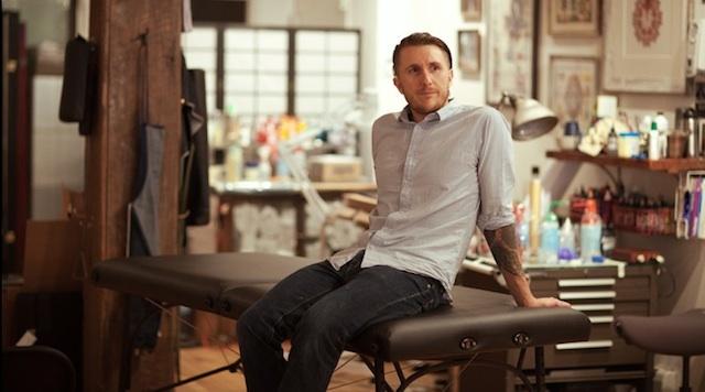Phut trai long cua nghe si xam tro giau nhat hanh tinh hinh anh 2 Scott tại cửa tiệm xăm mình Saved Tattoo của anh. Ảnh: whudat.de
