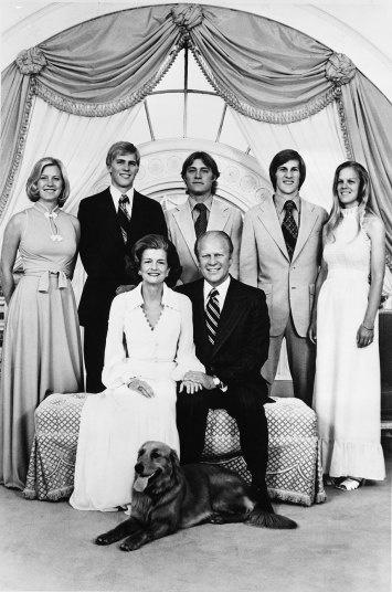 Nhung cau am, co chieu o Nha Trang hinh anh 8 Tổng thống Gerald Ford và gia đình tại Nhà Trắng. Tổng thống và phu nhân ngồi ở ghế. Đằng sau ông là các con (từ trái qua): Susan, Steve, Jack, Mike và con dâu Gail. Khi vào Nhà Trắng sống, Susan vẫn là một học sinh cấp 3 trong khi các anh đều đã trưởng thành.