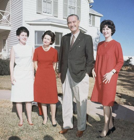 Nhung cau am, co chieu o Nha Trang hinh anh 10 Tổng thống Lyndon Johnson (nhiệm kỳ 1963 - 1969) có hai con gái: Luci (trái) và Lynda (phải). Cả hai đều ở giai đoạn cuối tuổi vị thành niên khi bố bọ trở thành tổng thống vào năm 1963. Con gái lớn của ông Johnson, Lynda, kết hôn với cựu thống đốc bang Virginia tại Nhà Trắng vào tháng 9/1967.
