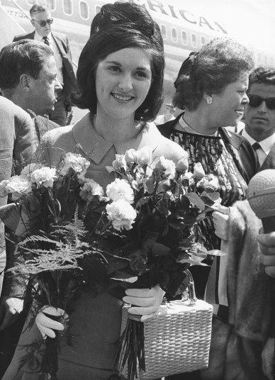Nhung cau am, co chieu o Nha Trang hinh anh 11 Lynda Bird Johnson, con gái lớn của tổng thống Lyndon Johnson, được tặng hoa khi cô đáp sân bay tại Berlin vào tháng 7/1966.
