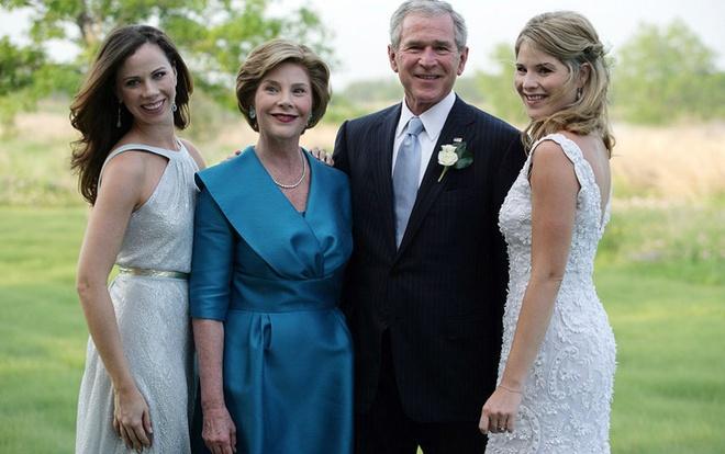 Nhung cau am, co chieu o Nha Trang hinh anh 3 Hai con gái sinh đôi của cựu tổng thống Geogre W.Bush và phu nhân Laura: Barbara Bush (trái) và Jenna Bush (sinh ngày 25/11/1981). Hai chị em cũng là cặp con song sinh đầu tiên của một tổng thống Mỹ. Năm 2001, khi bố của các cô chuyển đến Nhà Trắng chưa đầy 1 năm, Barbara và Jenna đều bị bắt vì những sự cố liên quan đến rượu. Hiện tại, Barbara làm việc cho một tổ chức phi chính phủ về y tế công cộng, còn Jenna là cộng tác viên cho kênh NBC News.