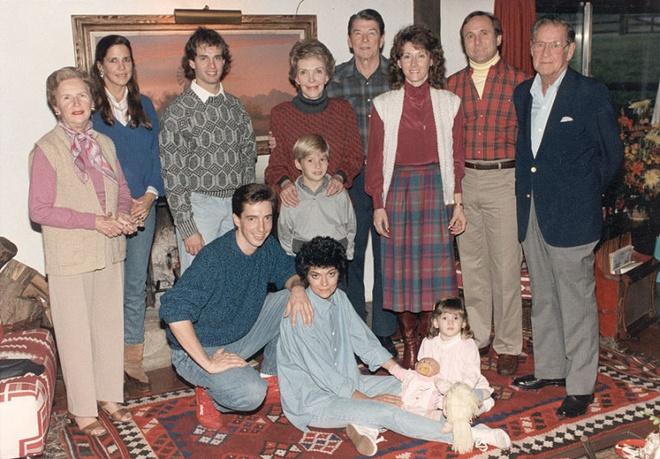 Nhung cau am, co chieu o Nha Trang hinh anh 5 Gia đình tổng thống Ronald Reagan và phu nhân Nancy Reagan. Maureen và Michael là hai người con của tổng thống với người vợ đầu tiên, nữ diễn viên Jane Wyman. Patti và Ron là hai người con của ông với vợ sau, bà Nancy.