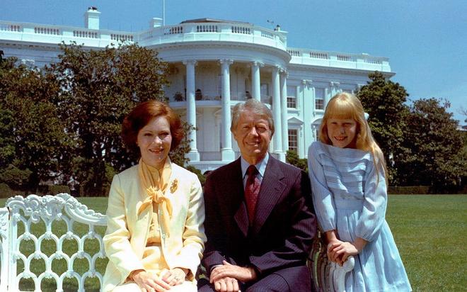 Nhung cau am, co chieu o Nha Trang hinh anh 7 Tổng thống Jimmy Carter từng đùa rằng ông đã bàn bạc về vấn đề vũ khí hạt nhân với con gái Amy. Amy cũng một lần trở thành tâm điểm của báo chí vì cô đọc sách trong một buổi tiệc tối cấp quốc gia.