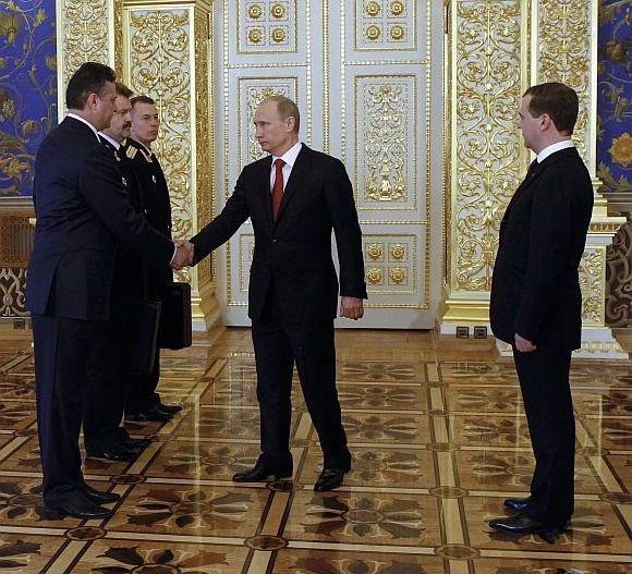 Nhung su co chan dong ve vali hat nhan cua My va Nga hinh anh 2 Tổng thống đắc cử Vladimir Putin vừa nhận lại chiếc cặp màu đen chứa mã kích hoạt kho vũ khí hạt nhân của nước Nga sau lễ nhậm chức hôm nay.