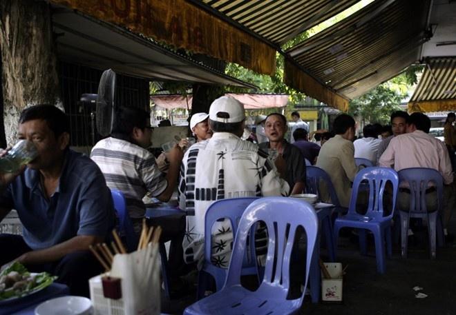 Nhung chuyen thu vi ve Viet Nam tren bao nuoc ngoai nam 2014 hinh anh 3 Người dân Hà Nội ăn, uống trong một quán bia. Ảnh: AP