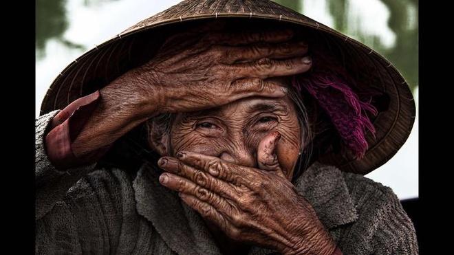 Anh chan dung nguoi Viet an tuong tren bao nuoc ngoai hinh anh 1 Nhiếp ảnh gia Réhahn Croquevielle vốn là người Pháp. Anh đến Việt Nam lần đầu vào năm 2007, tình cảm dành cho Việt Nam kể từ từ đó. Tấm ảnh bà cụ lái đò 76 tuổi trên sông Thu Bồn ở Hội An do Réhahn chụp đã đăng trên trang Du lịch của báo Los Angeles Times ngày 1/12/2014. Ảnh: LA Times