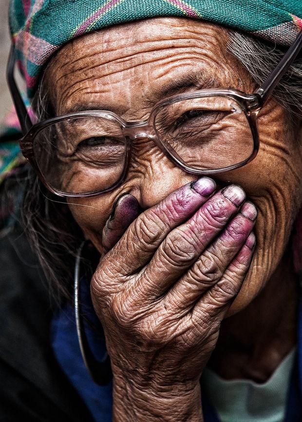 Anh chan dung nguoi Viet an tuong tren bao nuoc ngoai hinh anh 6 Những ngón tay màu tím vì thuốc nhuộm của một cụ bà người Hmong. Theo Réhahn,
