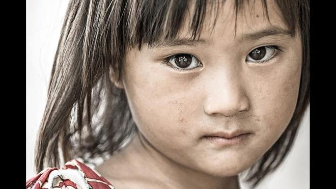 Anh chan dung nguoi Viet an tuong tren bao nuoc ngoai hinh anh 2 Ánh mắt nhiều cảm xúc của cô bé 4 tuổi tên Sung sống tại Sapa. Réhahn cho biết anh đã đến Sapa 3 lần. Ảnh: LA Times
