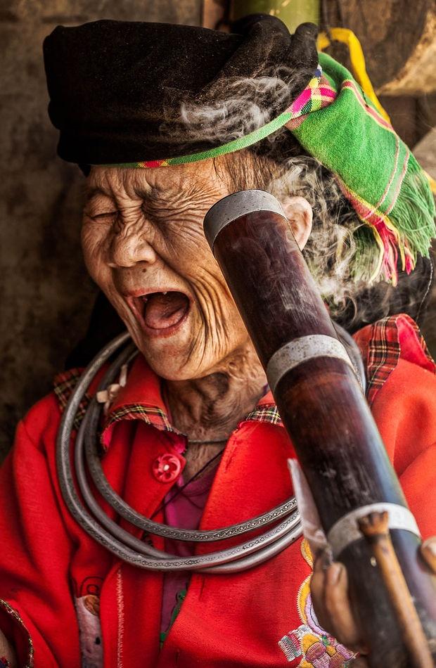 Anh chan dung nguoi Viet an tuong tren bao nuoc ngoai hinh anh 7 Một cụ bà 73 tuổi người Hmong hút thuốc lào ở Mèo Vạc, Hà Giang. Tấm hình đã đăng trên phiên bản tiếng Pháp của tạp chí GEO, một tạp chí về thiên nhiên và địa lý nổi tiếng ở Pháp và Đức, hồi tháng 5/2014. Ảnh: GEO.fr