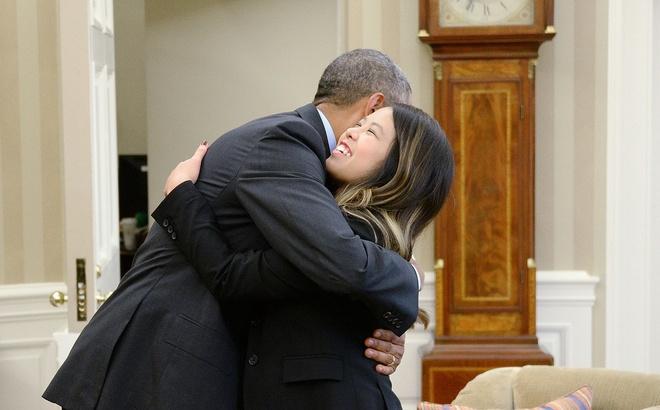 Obama om y ta goc Viet la khoanh khac an tuong 2014 cua My hinh anh 1 Tổng thống Barack Obama tiếp y tá làm việc tại bệnh viện ở Dallas, cô Nina Pham, trong phòng Bầu Dục ở Nhà Trắng ngày 24/10/2014. Y tá gốc Việt Nina Pham bị lây nhiễm virus Ebola trong quá trình chăm sóc và điều trị cho bệnh nhân Thomas Eric Duncan, người đầu tiên cho kết quả dương tính với virus Ebola trên lãnh thổ Mỹ. Kết quả xét nghiệm lần đầu vào ngày 12/10/2014 khẳng định Nina đã nhiễm Ebola. Sau một thời gian dài điều trị cách ly, các bác sĩ khẳng định Nina đã hoàn toàn khỏi bệnh. Trang Huffington Post đã tấm ảnh này của hãng AFP là một trong những khoảnh khắc tiêu biểu của nước Mỹ trong năm 2014.