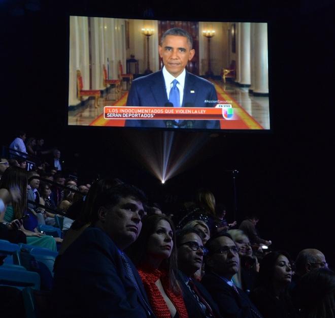 Obama om y ta goc Viet la khoanh khac an tuong 2014 cua My hinh anh 9 Khán giả dự lễ trao giải âm nhạc Latin Grammy theo dõi Tổng thống Obama phát biểu về những cải cách trong luật nhập cư ngày 20/11. Ảnh: AFP