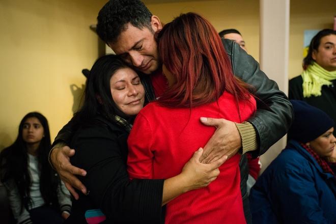 Obama om y ta goc Viet la khoanh khac an tuong 2014 cua My hinh anh 10 Một gia đình ở Washington với người chồng đến từ Honduras, vợ là người Mexico và con gái (áo đỏ) ôm chầm vì hạnh phúc sau khi Tổng thống Obama thông báo cải cách luật nhập cư.